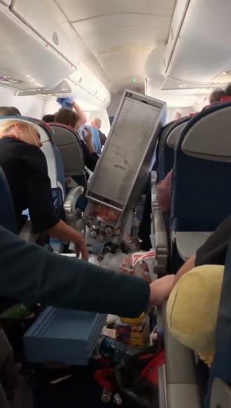 존웨인 공항출발 델타 항공, 난기류에 휩쓸려 승객 3명 병원행