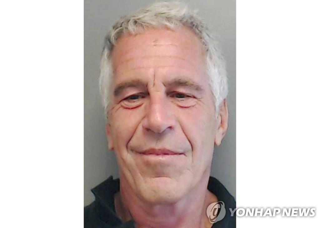 """'극단 선택' 엡스타인의 수감생활…""""자판기 비우며 12시간 면회"""""""