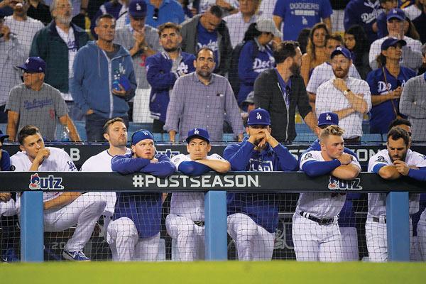 다저스, 연장 만루홈런에 KO패…'망연자실'