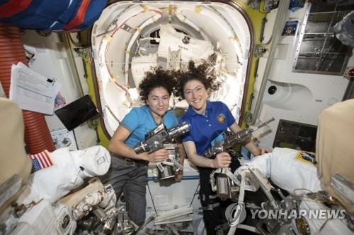 """여성우주인들로만 구성된 팀, 첫 우주유영… """"ISS 수리 작업"""""""