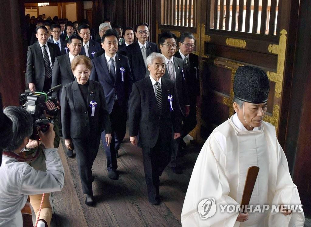 日의원 98명 야스쿠니 집단참배…무라야마담화 부정 총무상 참배