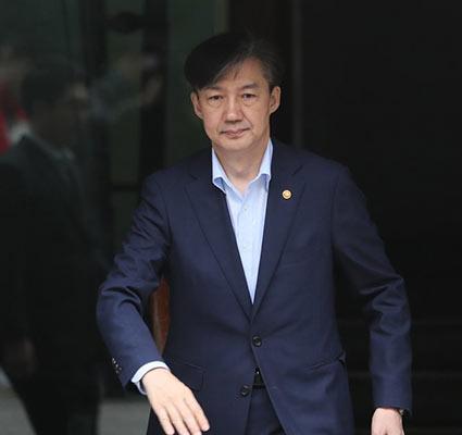 조국 전 장관, 서울대 복직…동문 온라인 커뮤니티 '시끌'