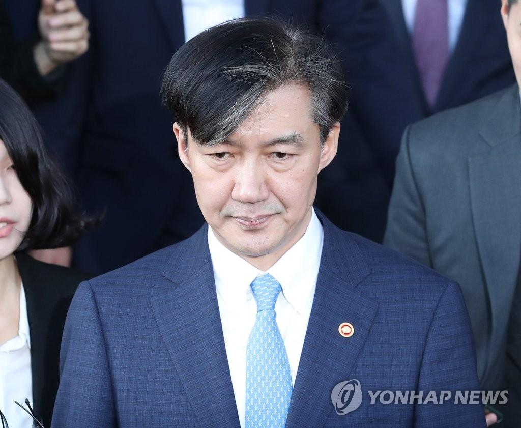 조국, 법무장관 사퇴 한 달만에 검찰 소환…피의자로 조사
