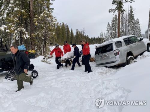 60대 치매여성, 실종 6일만에 눈길 표류 SUV서 구조