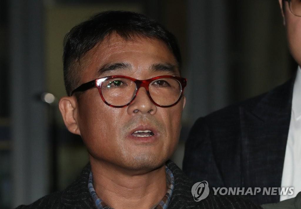 """'성폭행 피소' 김건모, 12시간 조사 후 귀가… """"국민께 죄송"""""""