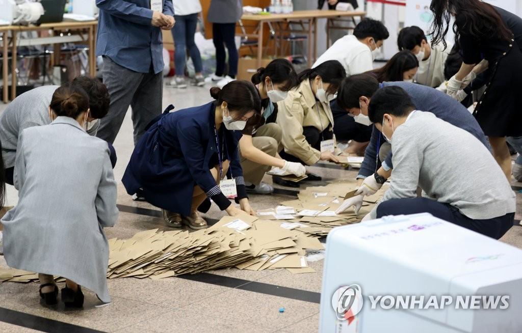 '재외투표소 늘리고 우편투표 허용'