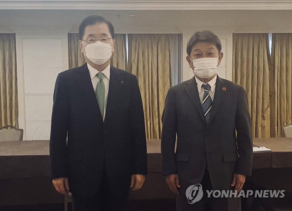 뻣뻣이 악수도 안한 한일 외교, 20분 만났지만 입장차 '팽팽'